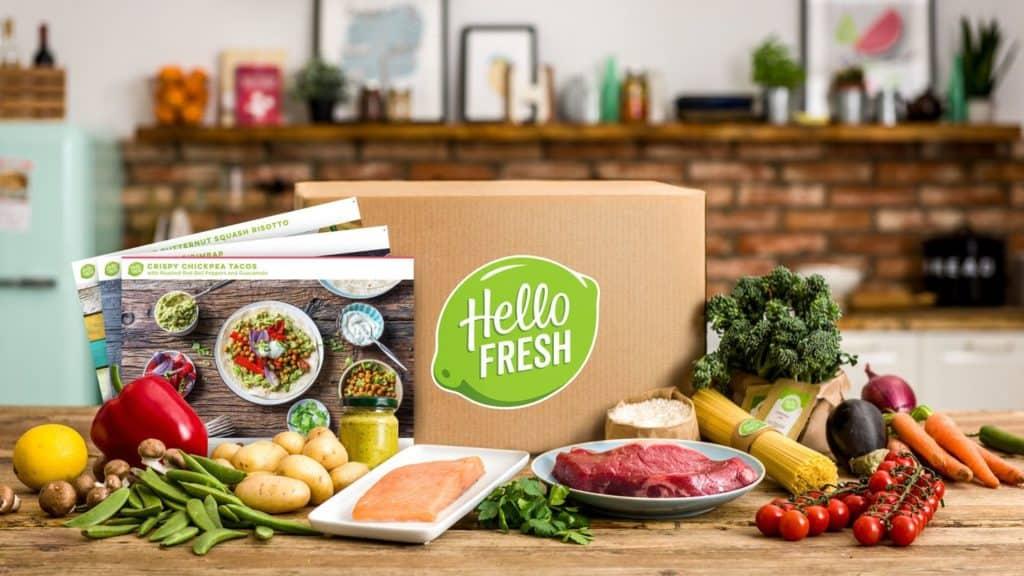 Produktbild von HelloFresh mit Kochbox auf Tresen in Küche