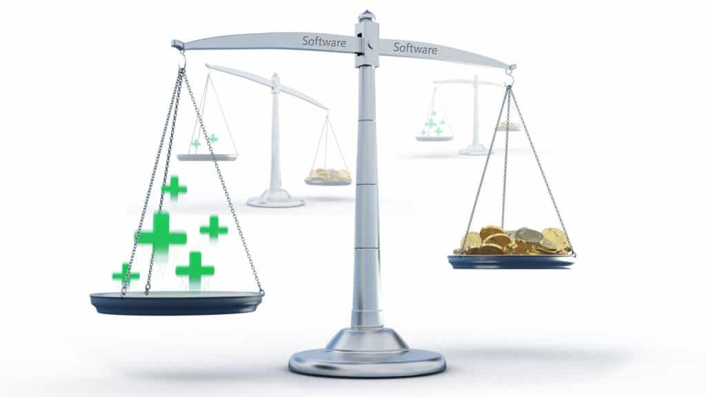 Abwägung von Kosten und Nutzen von Planungssoftware in einem produzierenden Unternehmen veranschaulicht an einer Waage