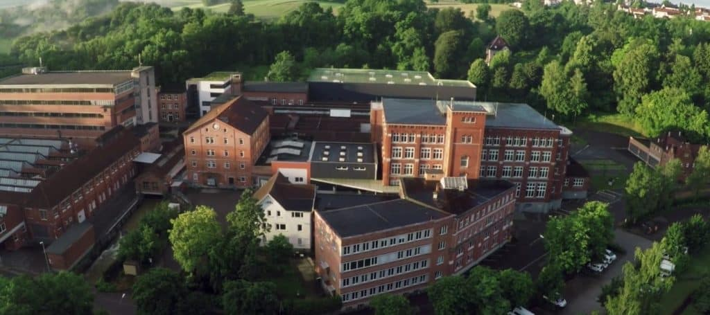 Schrägperspektive auf Hauptsitz der Firma d&b Audiotechnik in Backnang