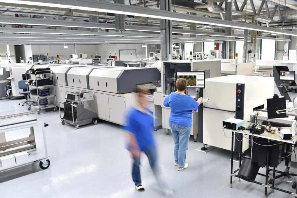 Fabrik shopfloor Produktion mit umher laufendem Personal