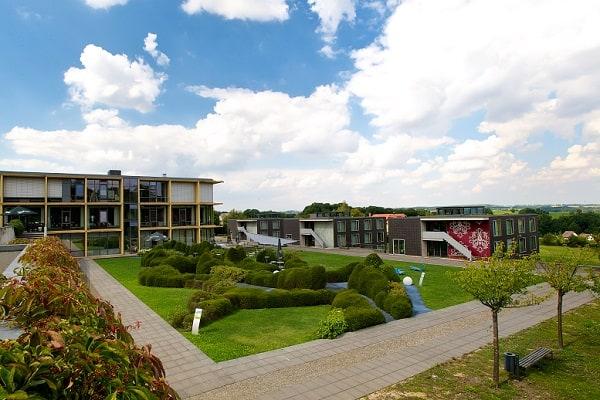 Best Western Hotel Blick auf Tagungsräume und Parkanlagen im Vordergrund