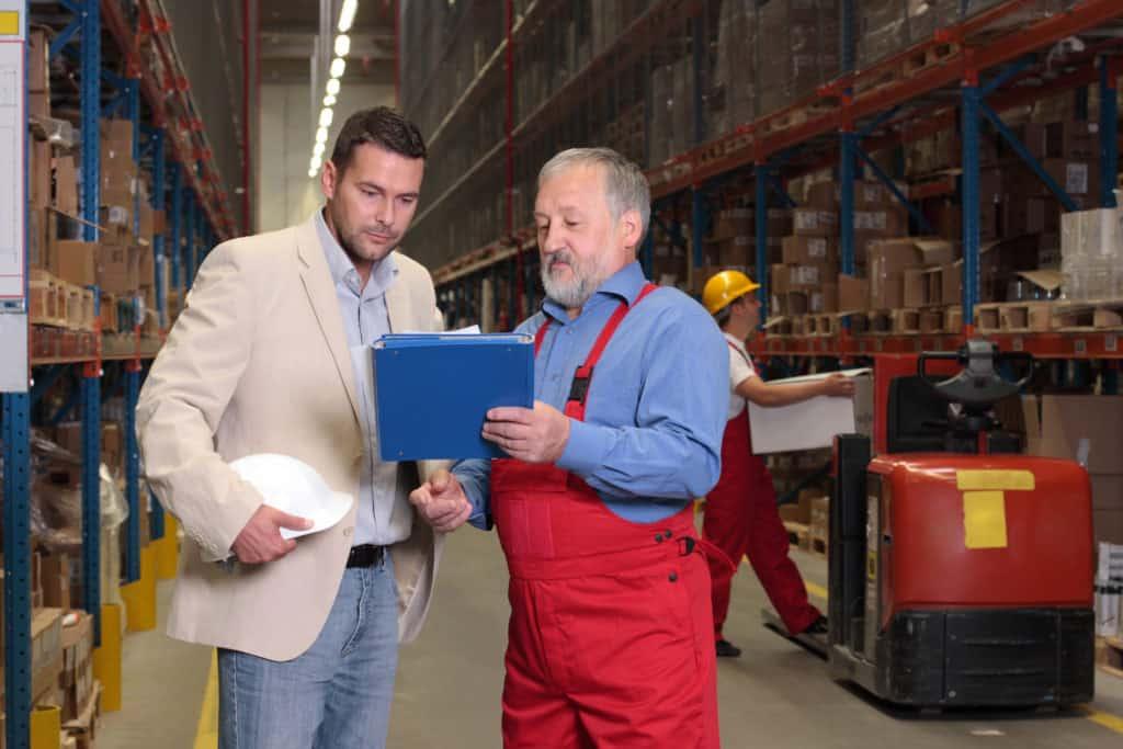 Prüfung der Lagerbestände in der Fabrik vor Ort durch zwei Mitarbeiter