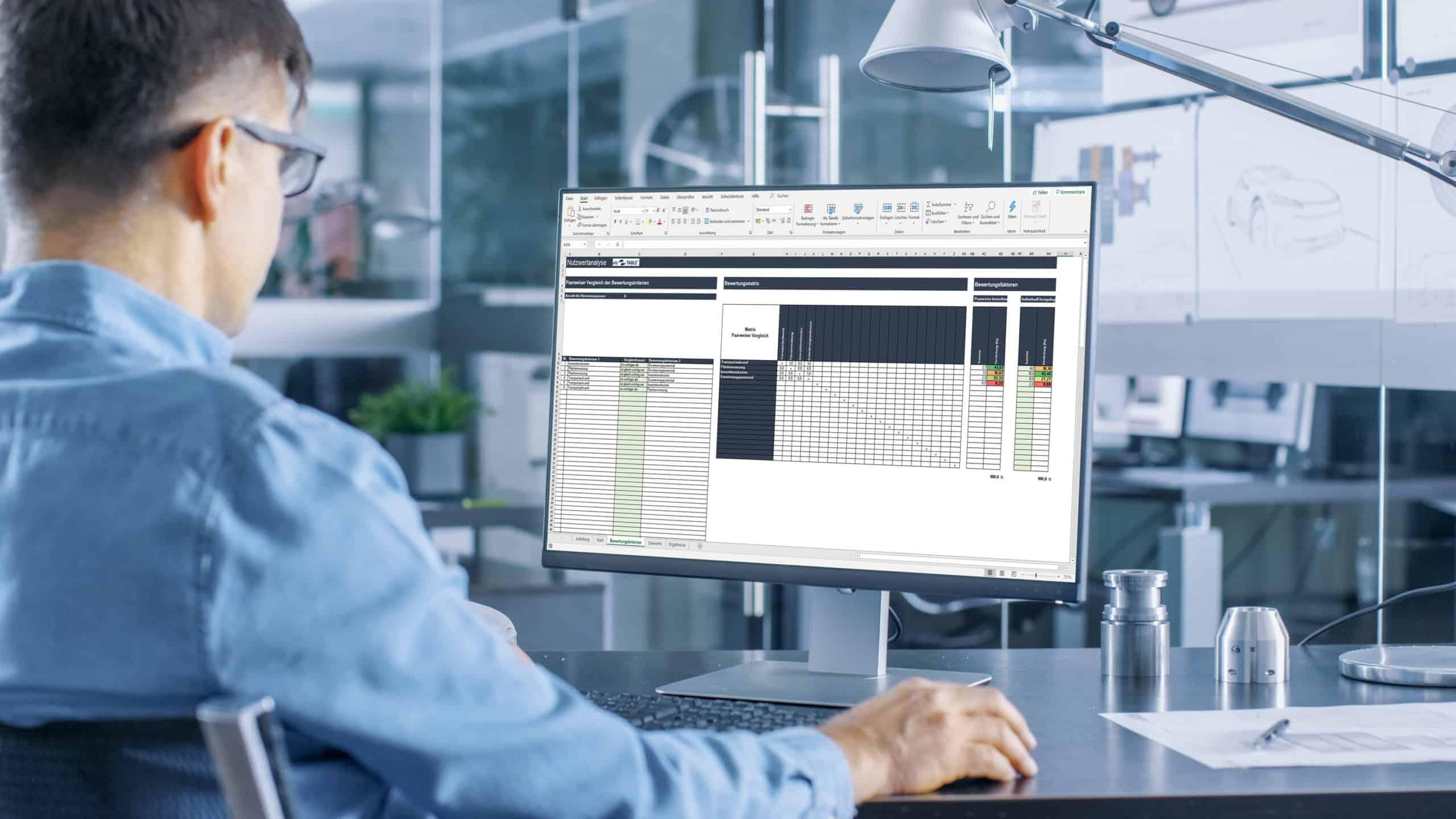 Planer nutzt Excel-Vorlage für eine Nutzwertanalyse von Layoutvarianten in der Fabrikplanung am PC
