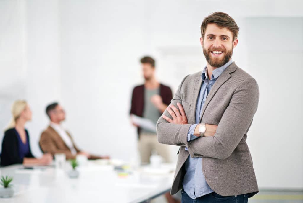 Junger Mitarbeiter nach erfolgreicher Projektpräsentation