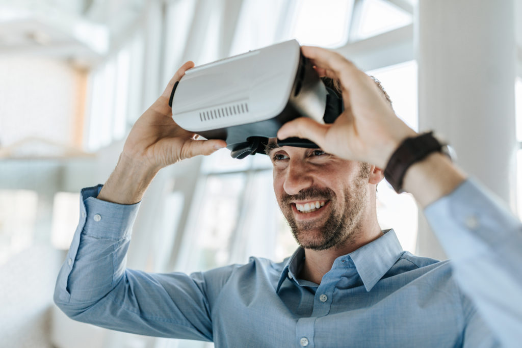 Zufriedener VR Nutzer nach einer Planungssitzung